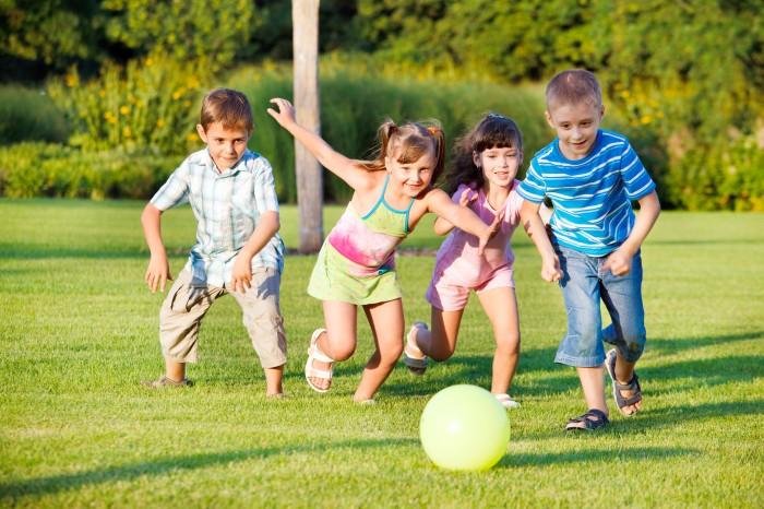 kapak - top oynayan çocuklar