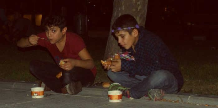 çocuklar çorba içerken